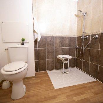 Salle de bain avec douche accès PMR